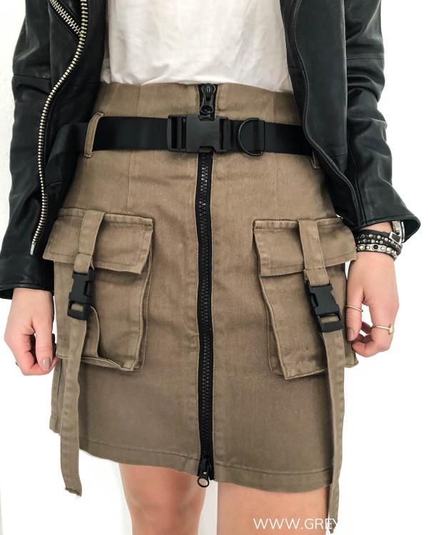Army cargo nederdel med mange detaljer, her set forfra