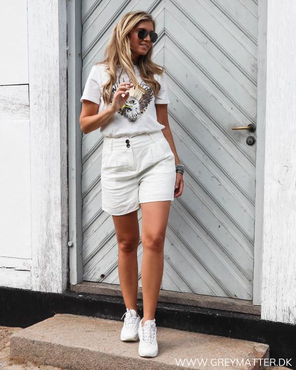 Hvide shorts i hør stylet med cool og trendy t-shirt med ørne print