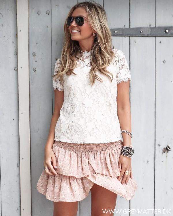 Blondebluse fra Vila stylet med Carin skirt fra Neo Noir