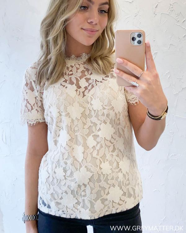 Blonde bluse fra Vila set forfra