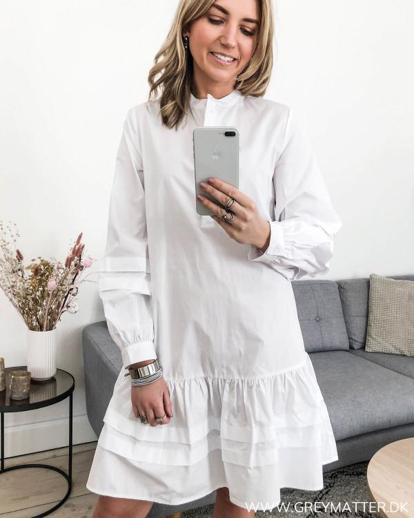 Hvid kjole fra Vila set forfra