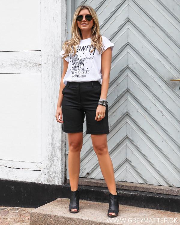 Sorte shorts stylet med ørne t-shirt og heels
