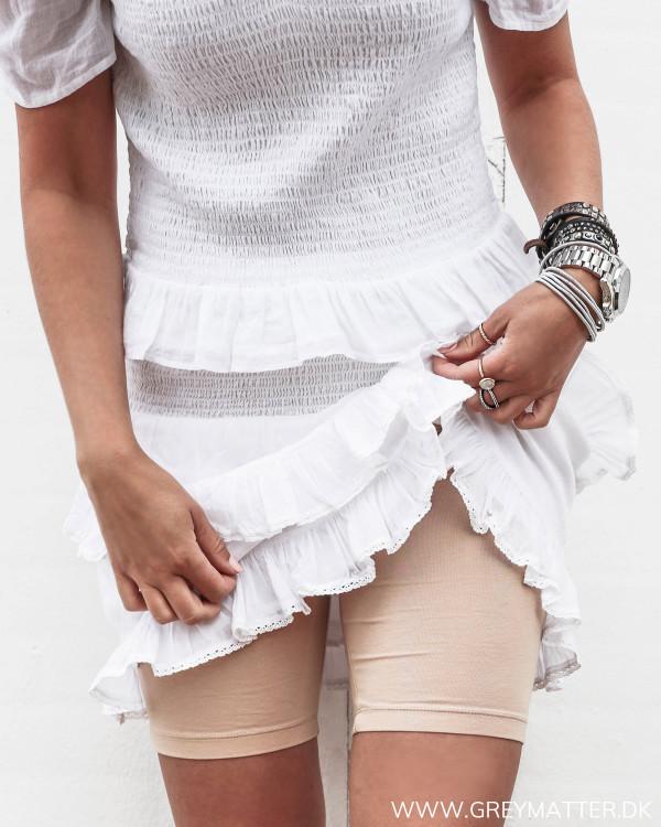 Sandfarvede shorts til under kjoler og nederdele set forfra