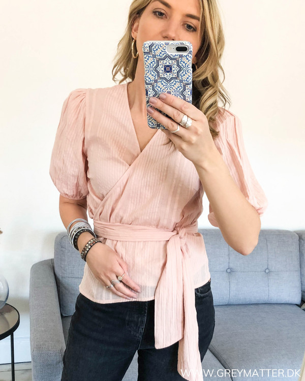 Rosa bluse med bindebånd fra Pieces