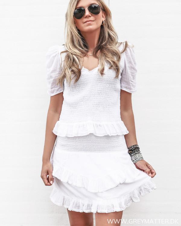 Hvid flæsenederdel stylet med den smukke Fari bluse