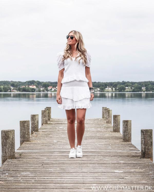 Hvid nederdel fra Neo Noir stylet med hvid bluse og hvide Nike sneaks