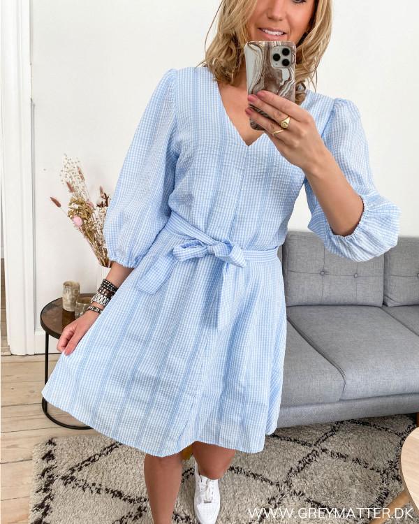 Blå kjole fra Neo Noir set forfra