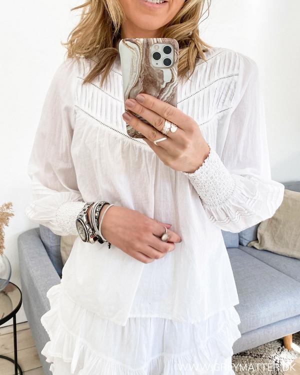 Hvid Neo Noir bluse set forfra