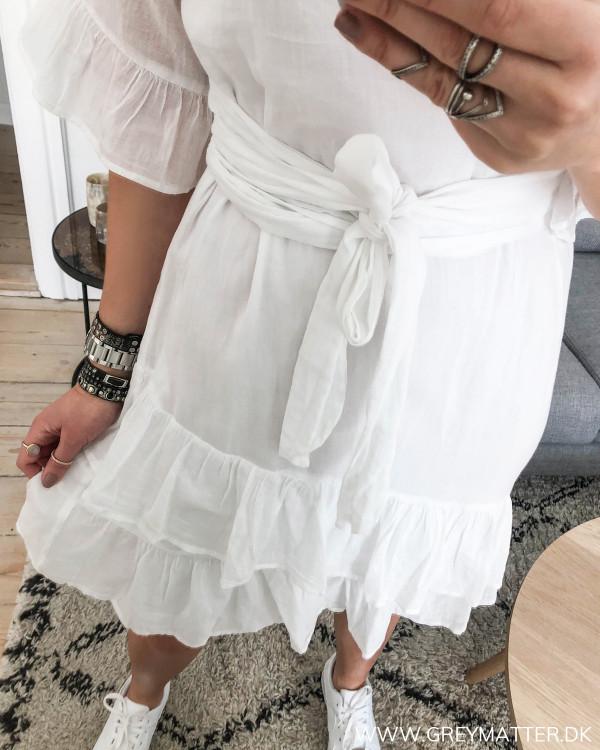 Hvid kjole fra Neo Noir med fokus på flæsedetalje