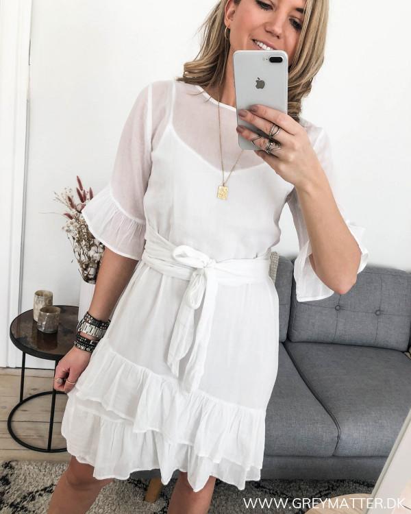 Hvid kjole fra Neo Noir i bomuld og med flæsedetaljer, set forfra