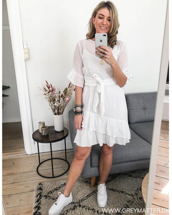 Hvid kjole fra Neo Noir i bomuld, set i hel figur