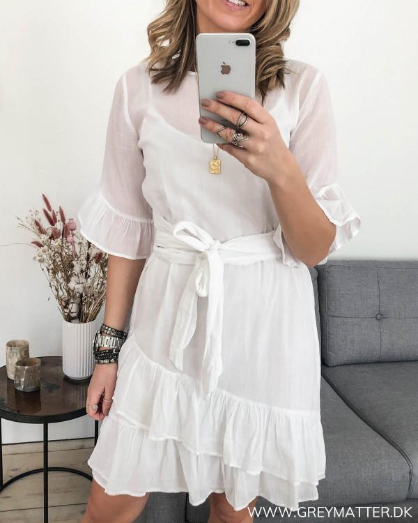 Hvid kjole fra Neo Noir set forfra