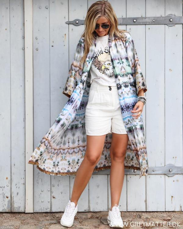 Karmamia lang Nikki kimono set forfra stylet med hør shorts og eagle tee fra Vila
