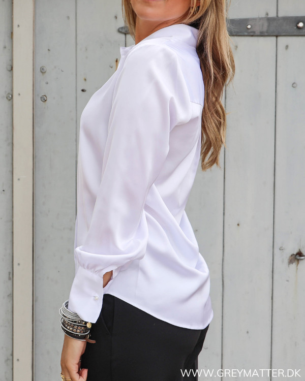 Karmamia hvid skjorte set fra siden