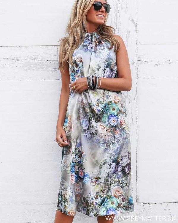 Karmamia kjole med blomsterprint set forfra