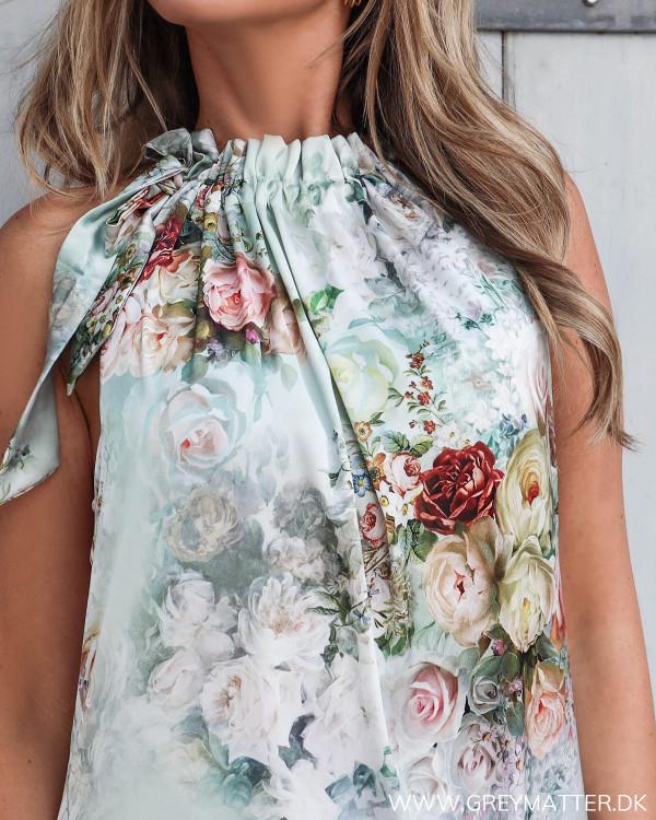 Karmamia kjole med print set tæt på, med fokus på halsudskæringen