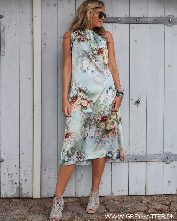 Karmamia kjole med blomsterprint set i hel figur