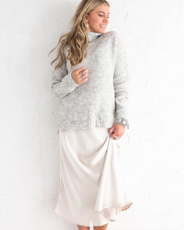 Lækker grå striktrøje til damer, stylet med nederdel