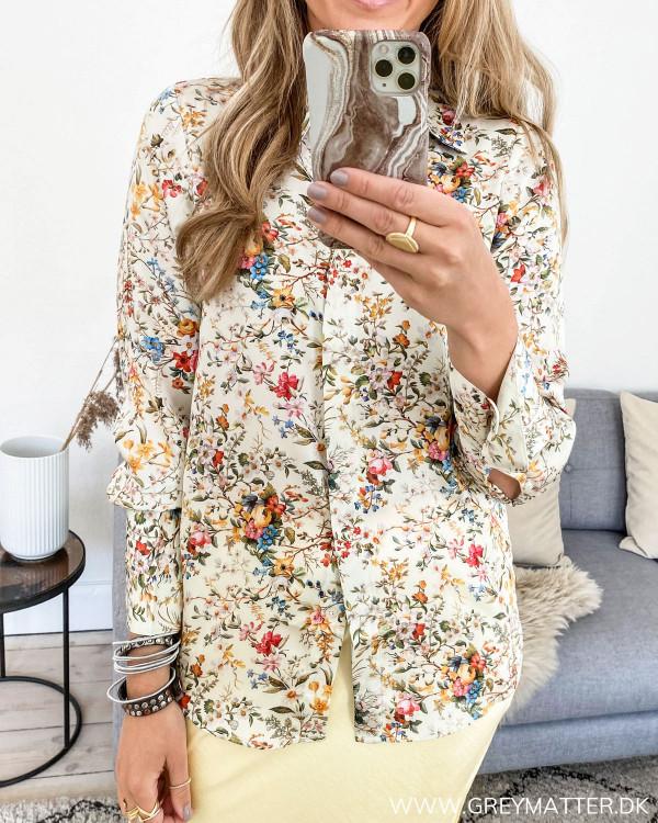 Karmamia skjorte med blomsterprint, set forfra
