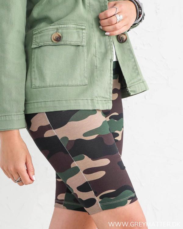 Camouflage shorts fra Vila set fra siden