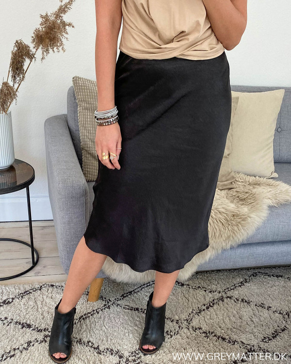Sort nederdel i enkel stil med elastik i livet