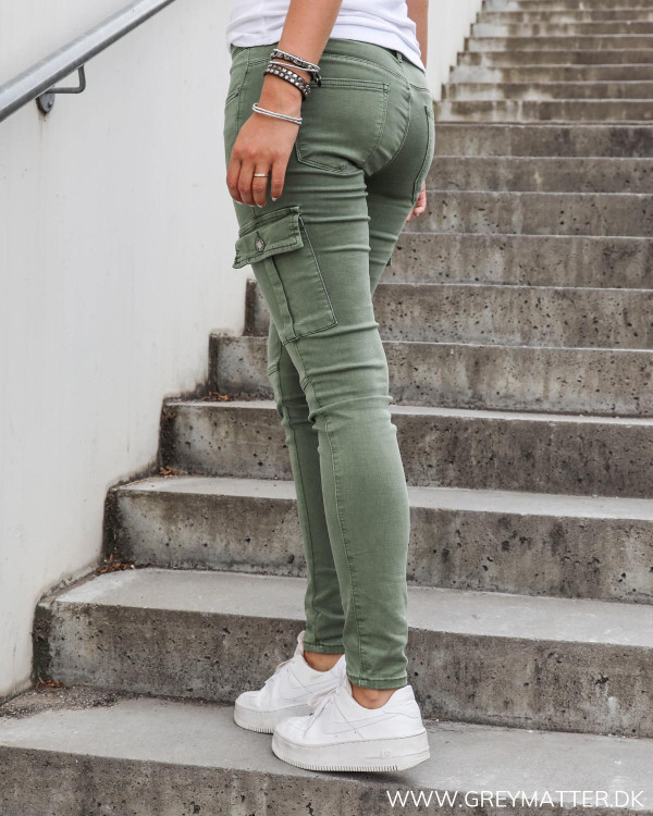 Grønne cargo bukser med baglommer og bæltestropper