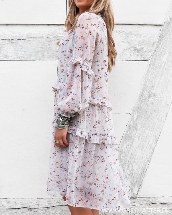Kjole fra Neo Noir i elegant print set fra siden