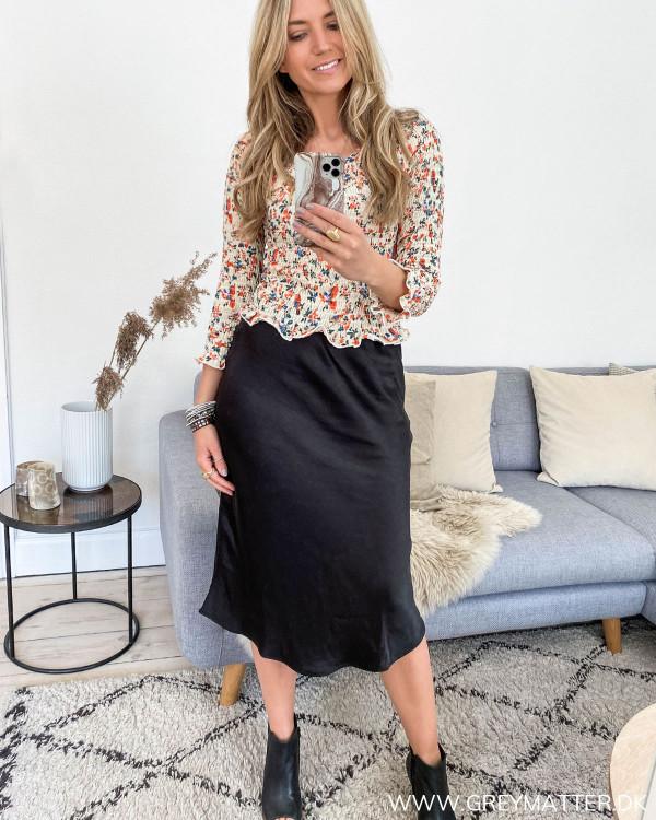 Pieces bluse med print stylet med sort klassisk nederdel fra Vila