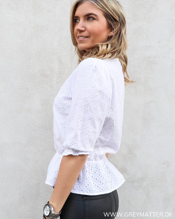 Hvid bluse fra Neo Noir set fra siden