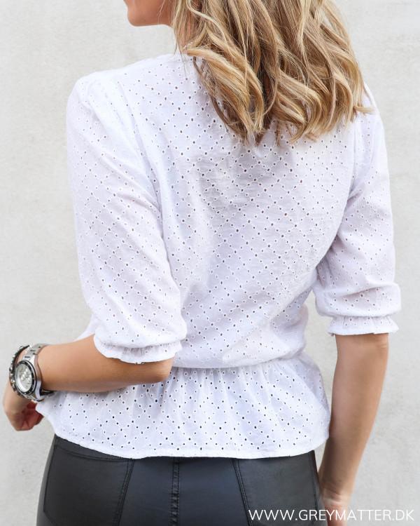 Hvid bluse fra Neo Noir set bagfra