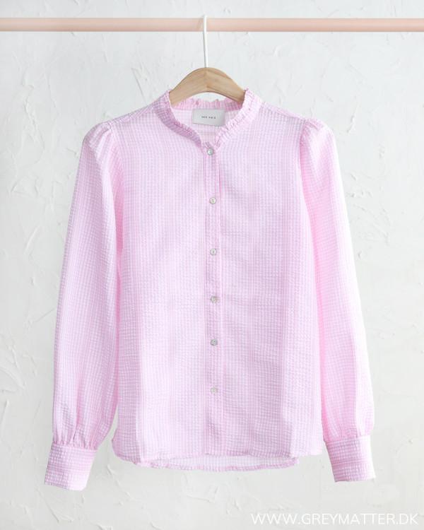 Rosa skjorte fra Neo Noir set forfra hængt på bøjle