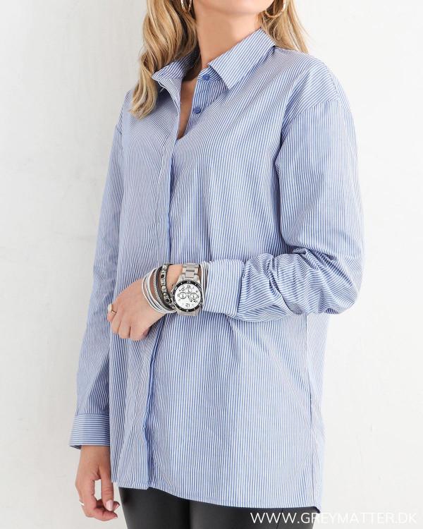 Klassisk skjorte til damer med blå striber, set fra siden