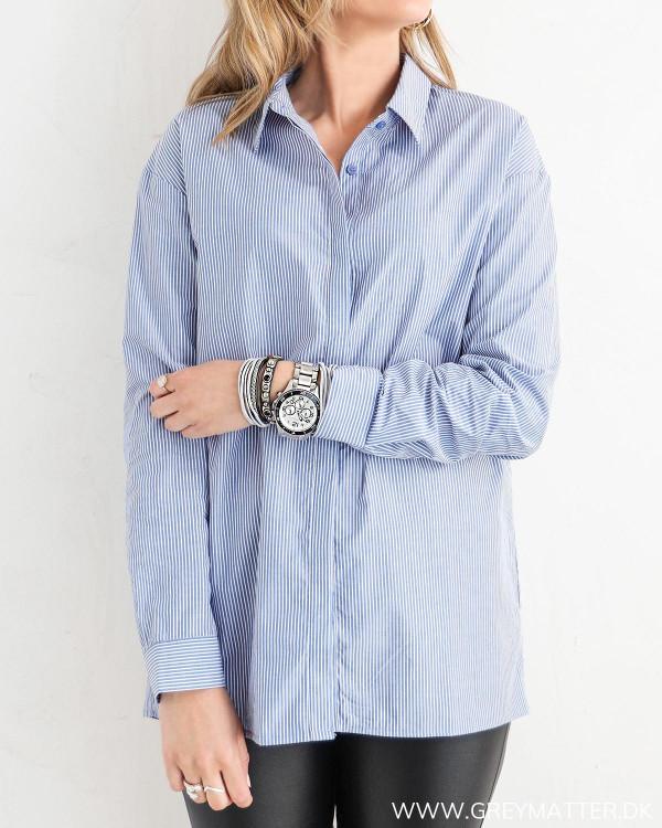 Klassisk skjorte til damer med blå striber, set forfra
