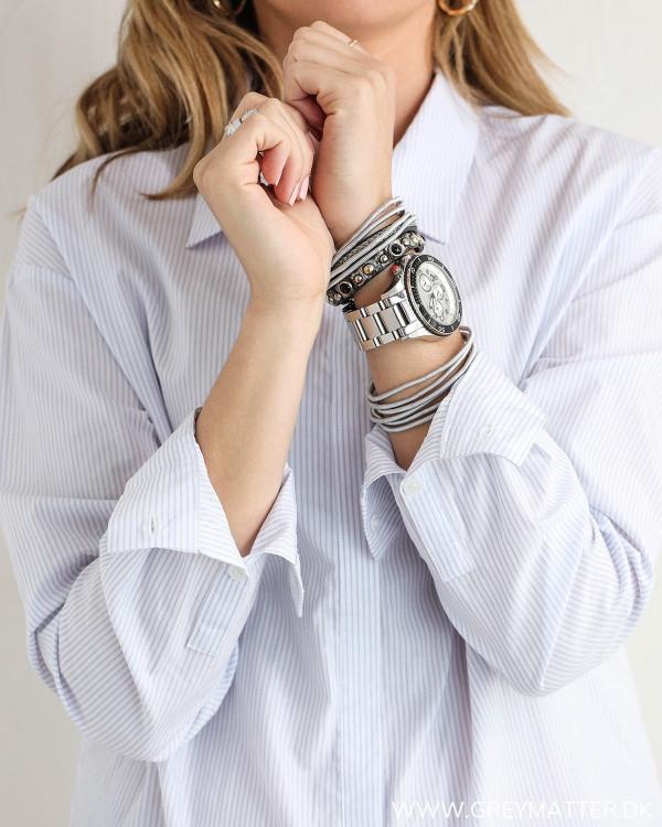 Klassisk skjorte til damer med lyseblå striber, med zoom på ærmer