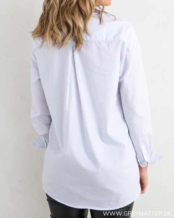 Klassisk skjorte til damer med lyseblå striber, set bagfra