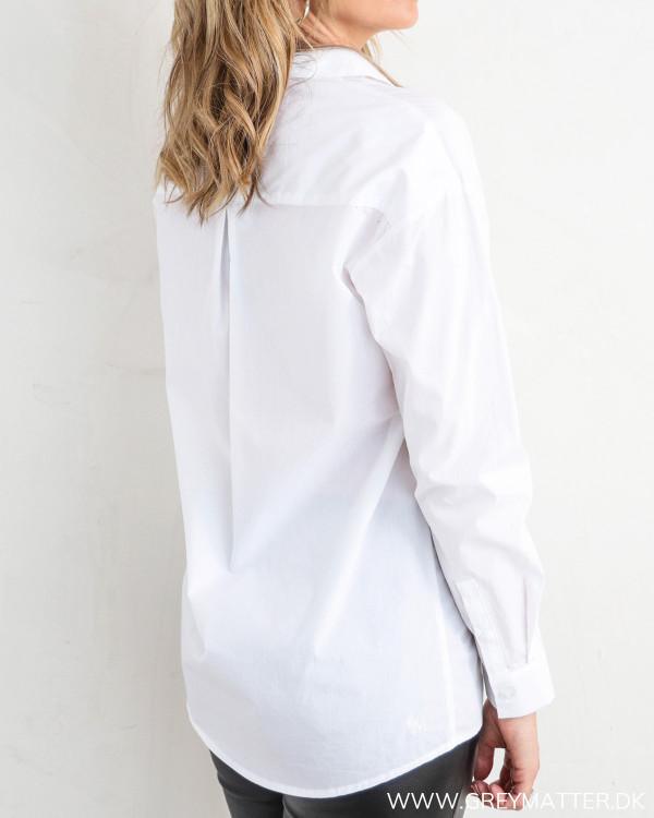 Klassisk hvid skjorte til damer, set bagfra