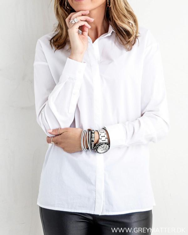 Klassisk hvid skjorte til damer, set forfra