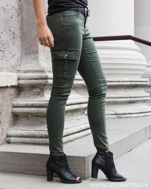 Army cargo bukser set fra siden