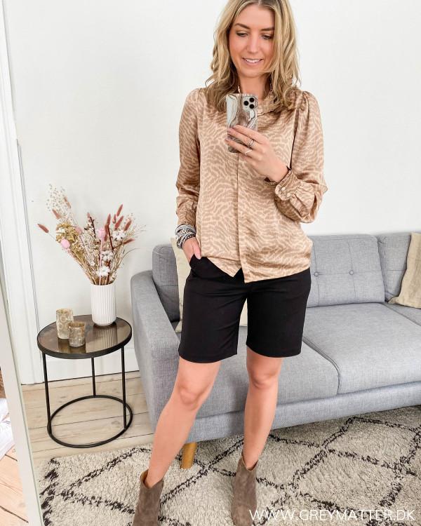 Skjorte fra Neo Noir i zebraprint, stylet med shorts