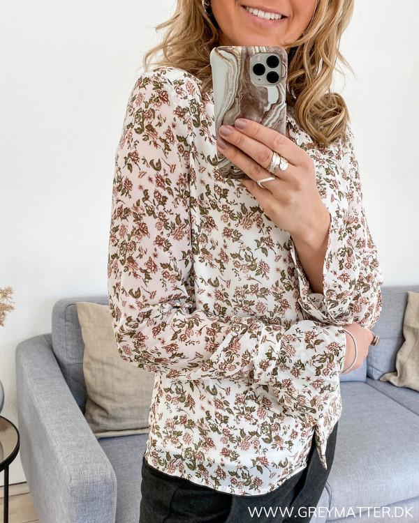 Skjorte med blomsterprint fra Vila, set fra siden
