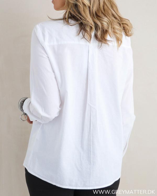 Hvid skjorte til damer set bagfra