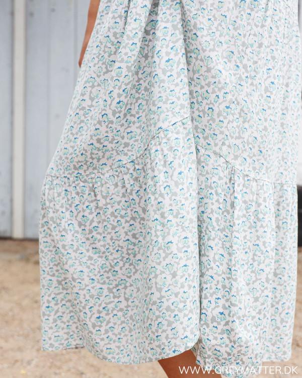 Sommerkjole fra Vila hvor printet ses tæt på