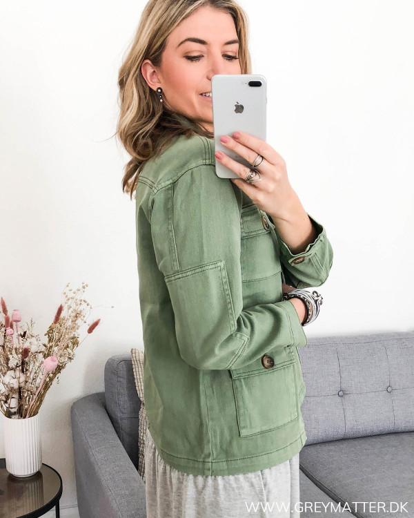 Army jakke til damer, set fra siden