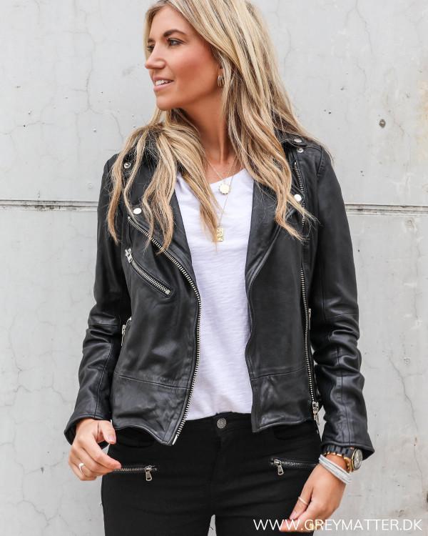 Skind jakke i sort til damer, rå jakke med lynlåse fra My Essential Wardrobe
