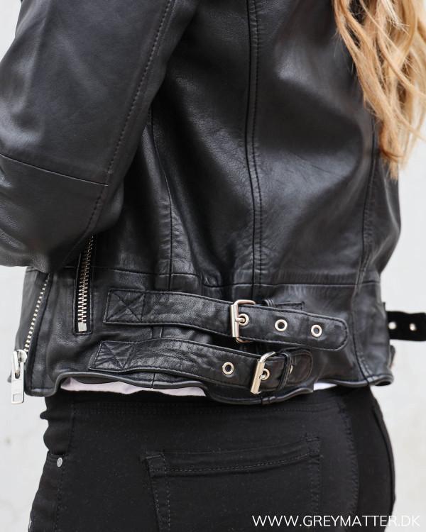 Rå biker jakke i sort til damer med spænder