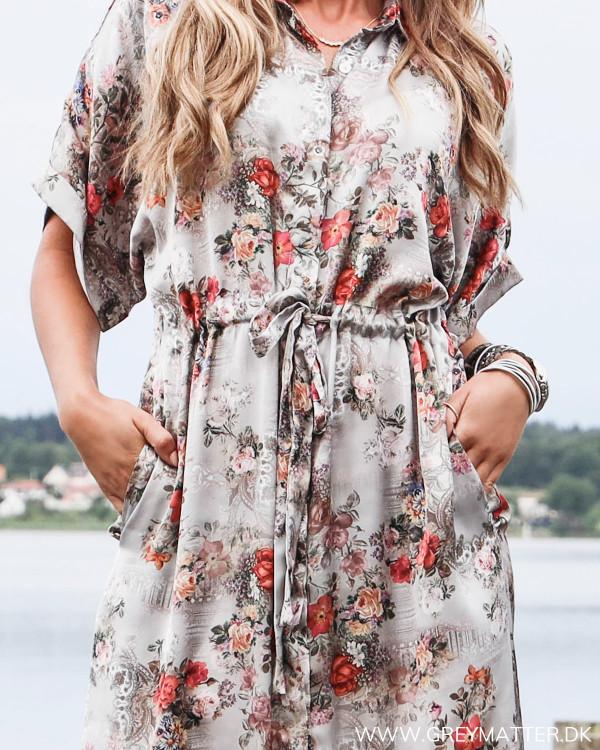 Karmamia skjorte kjole set tæt på med bindebånd og lommer i siderne