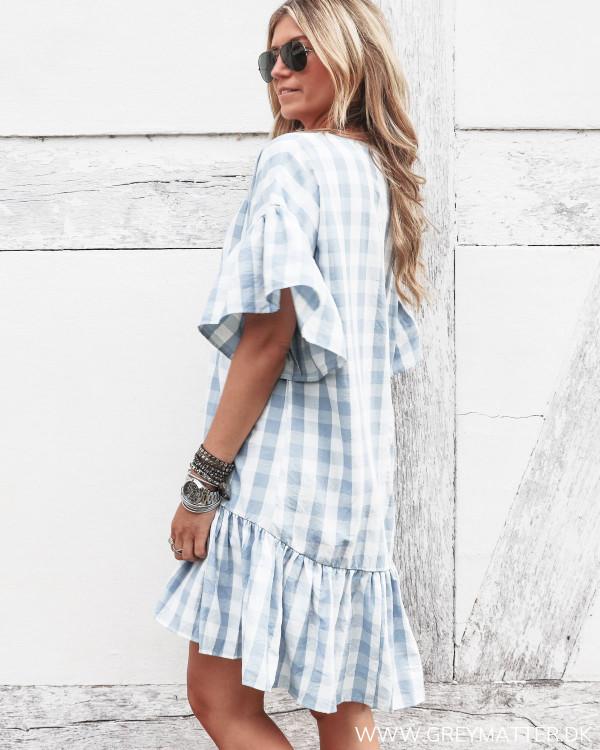 Pieces kjole med hvide og blå tern set fra siden