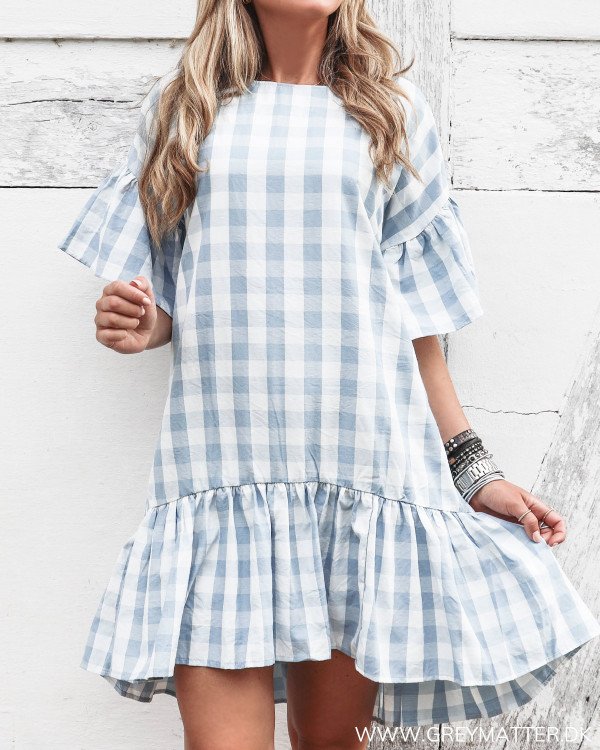 Pieces kjole med hvide og blå tern set forfra