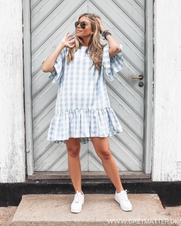 Pieces kjole med hvid og blå tern set forfra