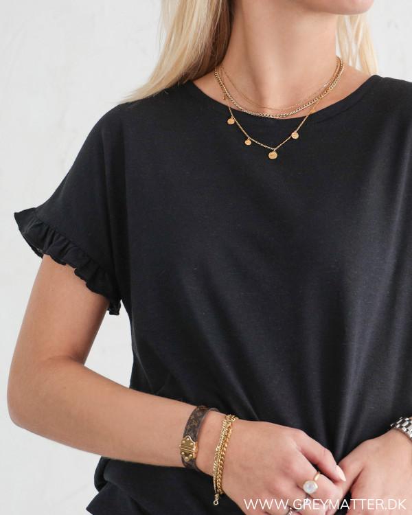 Sort t-shirt til damer med smukke detaljer